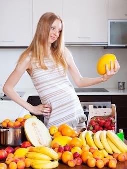 Kobieta z melonem i innymi owoce