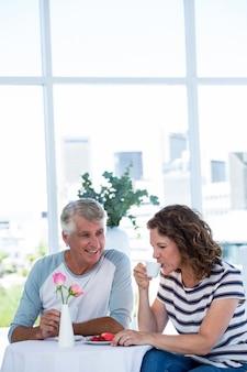 Kobieta z mężczyzną picia kawy w retaurant
