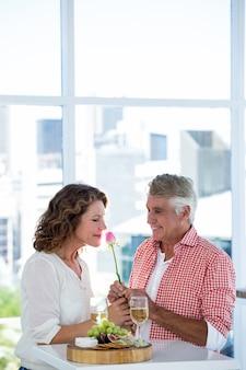 Kobieta z mężczyzną wącha kwiat