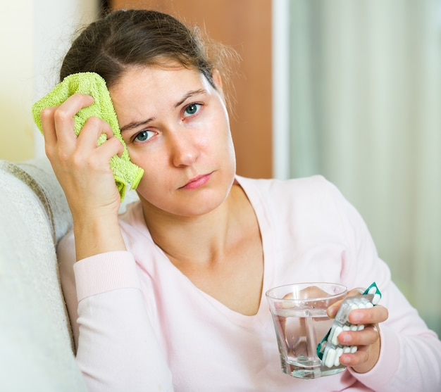 Kobieta z migreną w domu