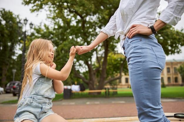 Kobieta z młodą dziewczyną spędzającą czas na świeżym powietrzu w letni dzień