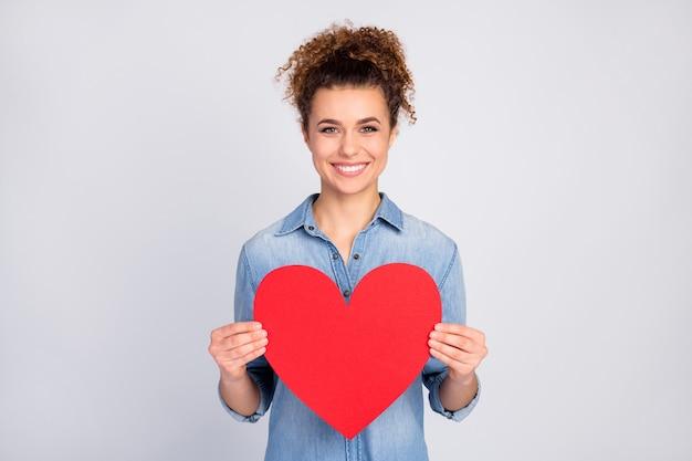 Kobieta z modną fryzurą, trzymając wielkie serce