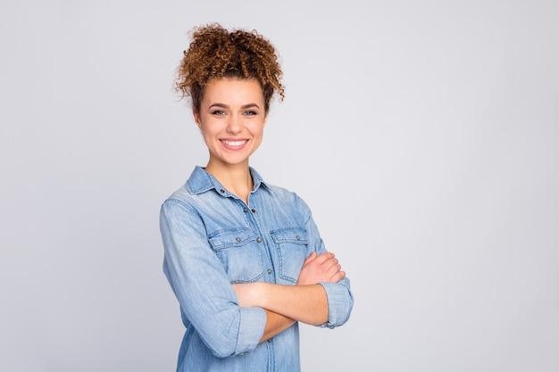 Kobieta z modną fryzurę na szarym tle