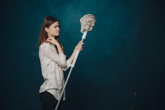 Kobieta z mopem na niebieskim tle gestów rękami emocji