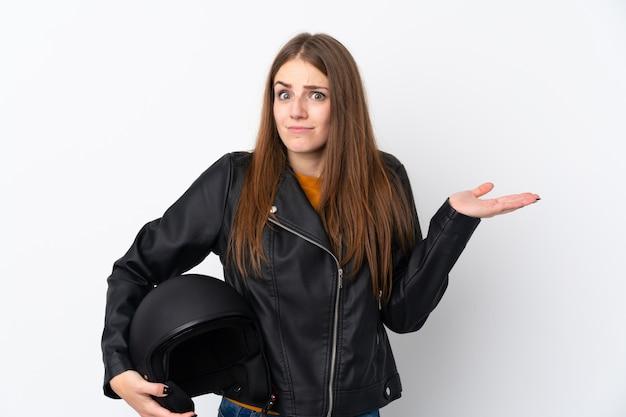 Kobieta z motocyklu hełmem nad odosobnioną ścianą
