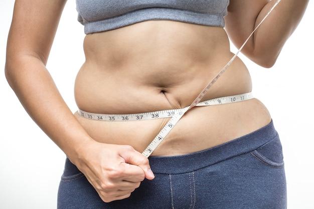 Kobieta z nadwagą i taśmą mierniczą w pasie
