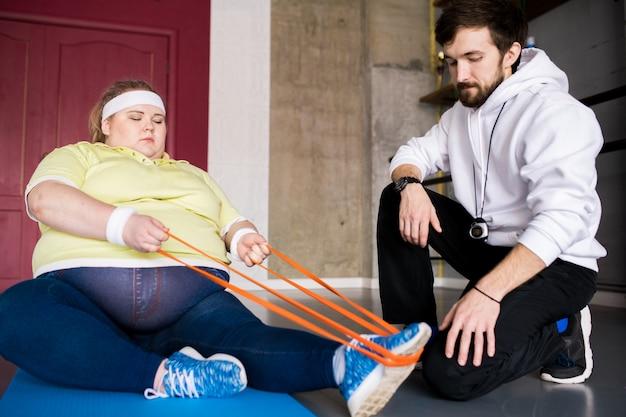Kobieta z nadwagą w klasie fitness