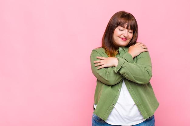 Kobieta z nadwagą zakochana, uśmiechnięta, przytulająca się i przytulająca, samotna, samolubna i egocentryczna
