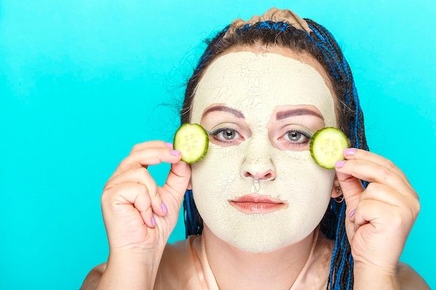 Kobieta z niebieską twarzą afro warkocze w zamarzniętej masce