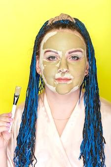 Kobieta z niebieskim afro warkocze twarz w masce