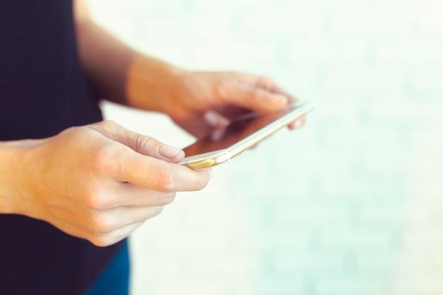 Kobieta z nowoczesnym telefonem komórkowym w ręce