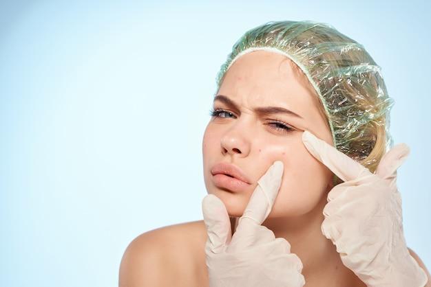 Kobieta z odkrytymi ramionami jesień on pielęgnacja skóry kosmetyka zdrowie