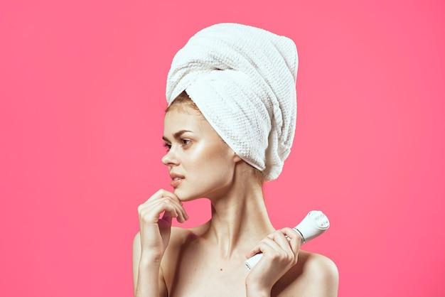 Kobieta z odkrytymi ramionami kosmetyki do jasnej skóry masaż twarzy