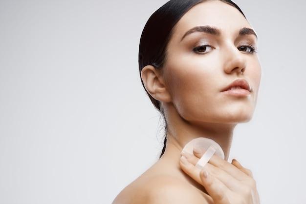 Kobieta z odkrytymi ramionami krem do pielęgnacji skóry odmładzający