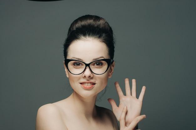 Kobieta z odkrytymi ramionami uśmiech wyraźny model skóry. wysokiej jakości zdjęcie