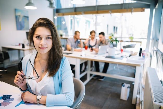 Kobieta z okularami w biurze