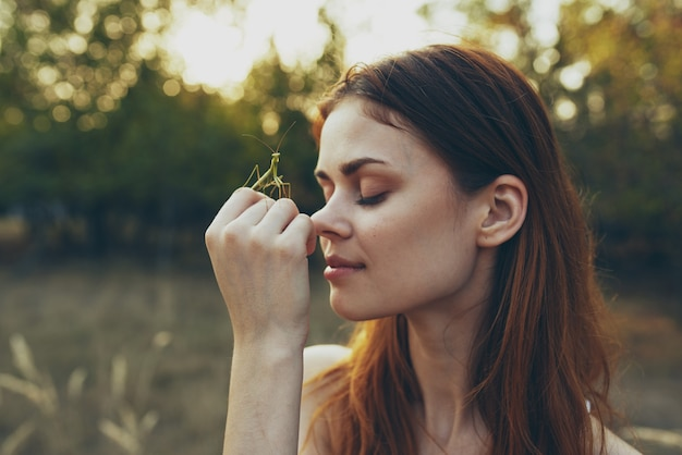 Kobieta z owadami na dłoni modliszki natura drzewa lato