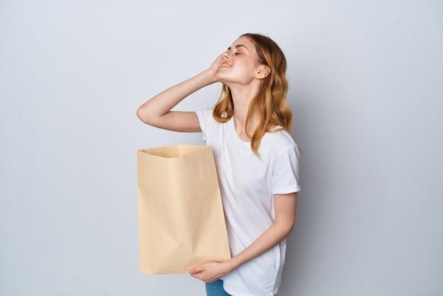 Kobieta z paczką artykułów spożywczych zakupy opakowanie zakupy