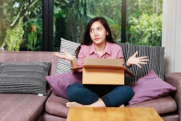 Kobieta z paczką czuje się rozczarowana