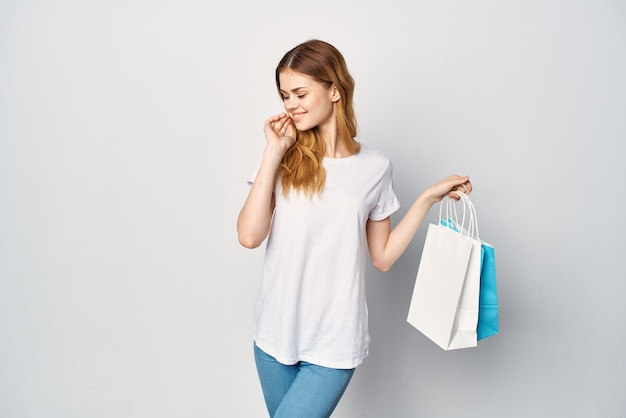 Kobieta z paczkami w rękach sklep spacer zabawny zakupoholiczka