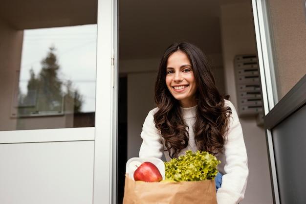 Kobieta z pakietem żywności