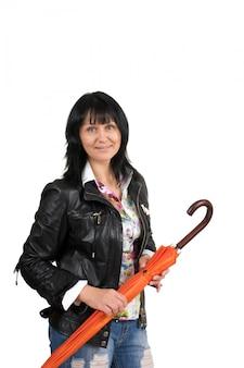 Kobieta z parasolem na białym tle