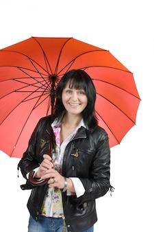 Kobieta z parasolem odizolowywającym na bielu