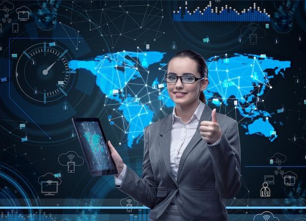 Kobieta z pastylka komputerem w biznesie
