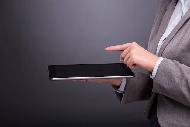 Kobieta z pastylka komputerem w biznesowym pojęciu