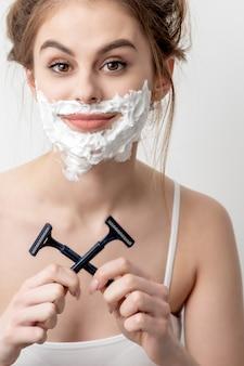 Kobieta z pianki do golenia na jej twarzy