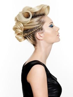Kobieta z piękną nowoczesną fryzurą na białym tle