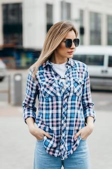 Kobieta z piękną twarz na sobie koszulę w kratę grunge