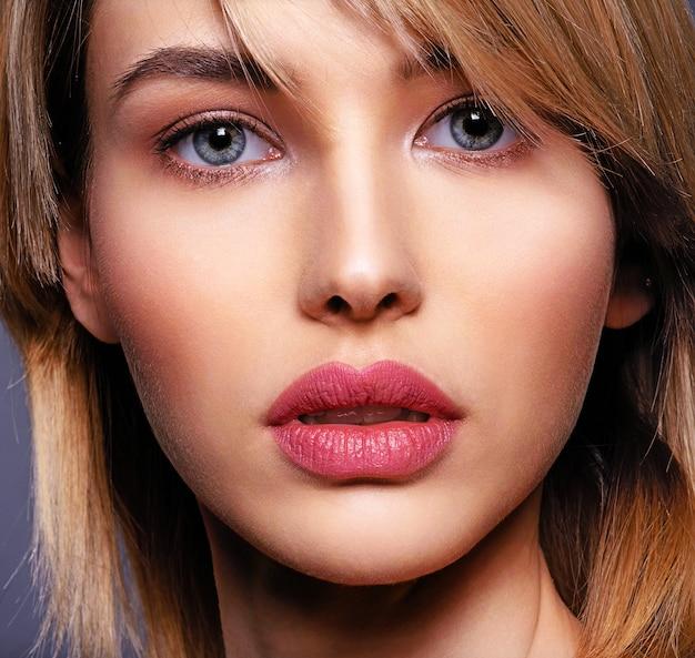Kobieta z piękną twarzą i czystą skórą.