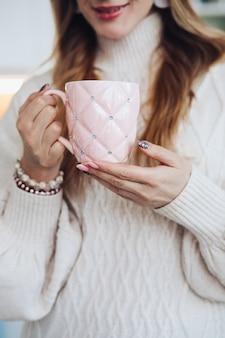 Kobieta z pięknym kubkiem kawy