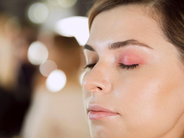 Kobieta z pięknym makijażem oczu