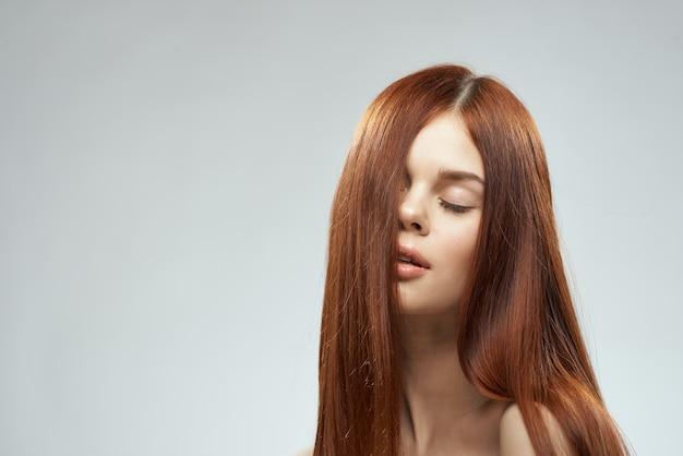 Kobieta z pięknymi długimi włosami kosmetykami do pielęgnacji nagich ramion