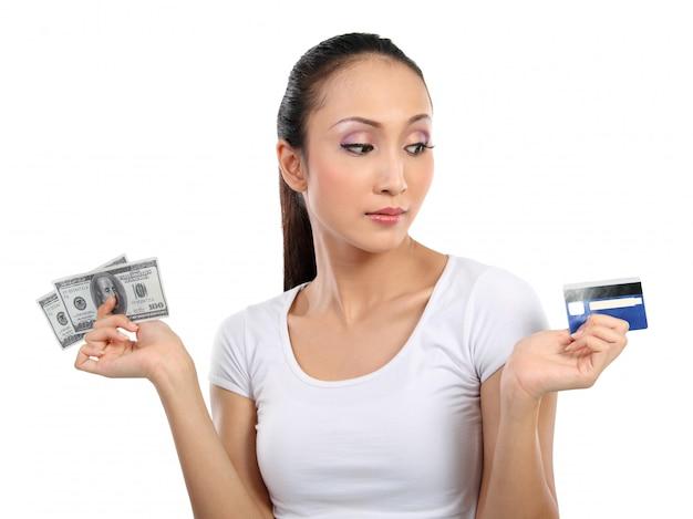 Kobieta z pieniędzmi i kartą kredytową