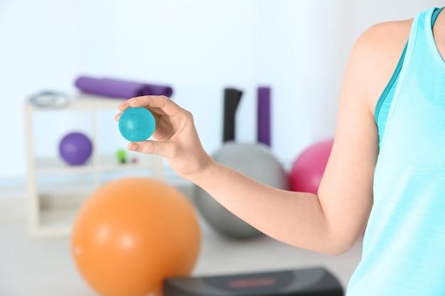 Kobieta z piłką stresu w klinice, zbliżenie