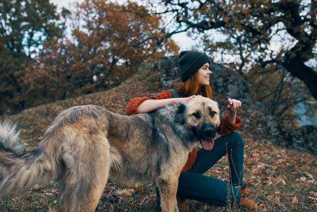 Kobieta z plecakiem obok przyjaźni psa natura podróż wakacje