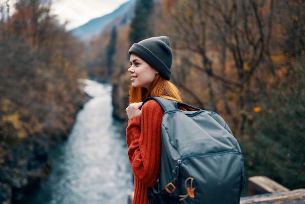 Kobieta z plecakiem w lesie jesień rzeka natura krajobraz