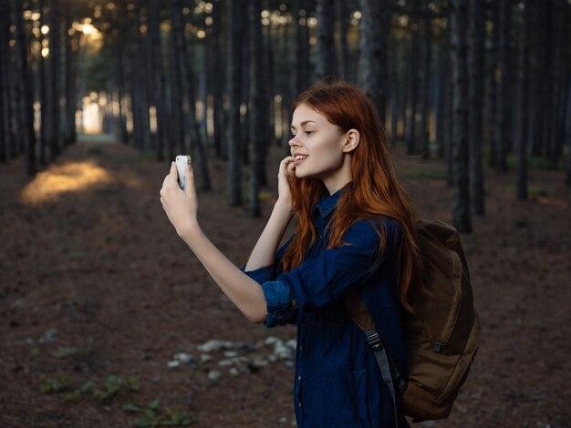 Kobieta z plecakiem w lesie podróż przygoda wakacje