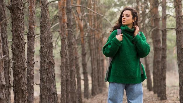 Kobieta z plecakiem w lesie