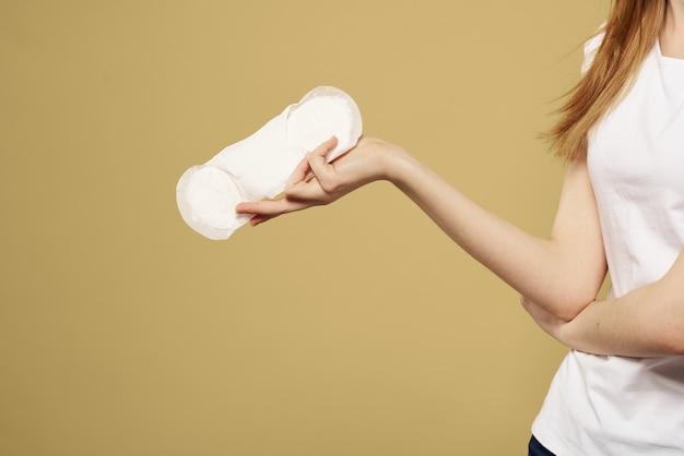 Kobieta z podkładką w ręku na miesiączkę