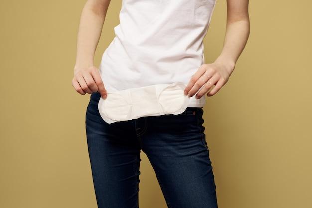 Kobieta z podpaską higieniczną w dłoniach