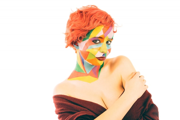 Kobieta z pomarańczowymi włosami i sztuką uzupełniał. odosobniony