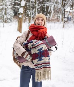 Kobieta z portretem plecaka