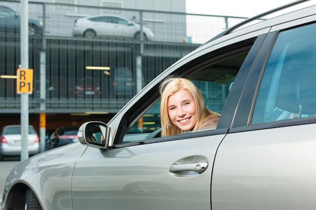 Kobieta z powrotem jej samochód na poziomie parkingu