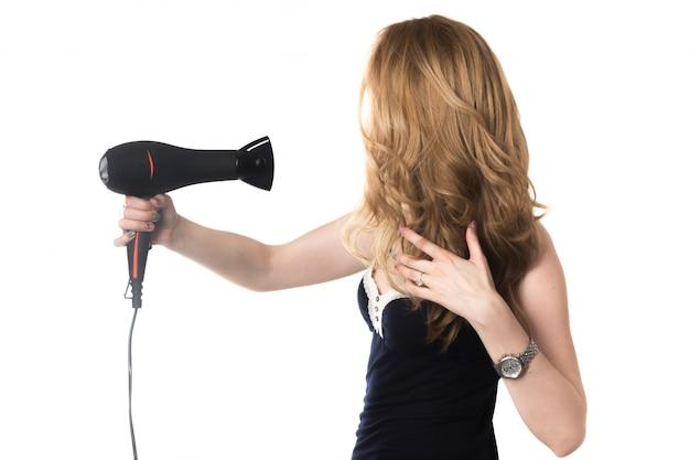 Kobieta z powrotem wysuszeniu włosy