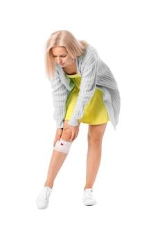 Kobieta z problemem powolnego gojenia się na białym tle.