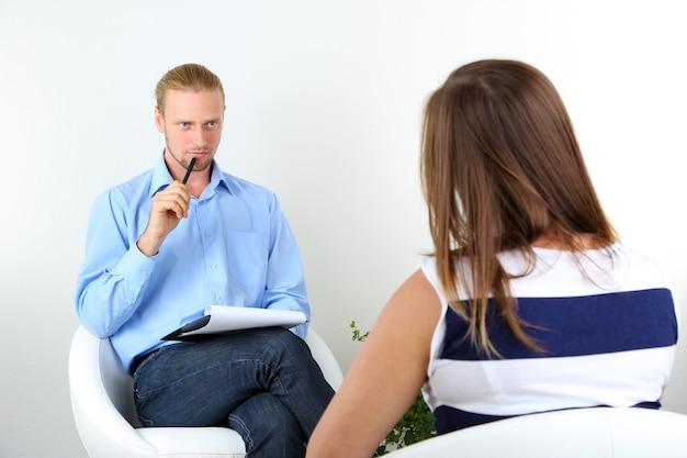 Kobieta z problemem w recepcji dla psychologa